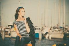 Femme dans la marina contre des yachts dans le port Image libre de droits