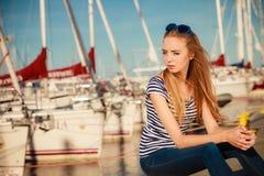 Femme dans la marina contre des yachts dans le port Images stock