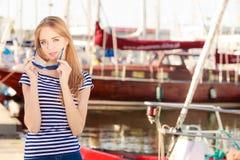 Femme dans la marina contre des yachts dans le port Images libres de droits