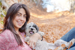 Femme dans la montagne avec son chien Photo libre de droits