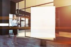 Femme dans la moquerie en verre vers le haut de la galerie d'affiche, art Photo stock