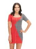 Femme dans la musique de écoute de robe élégante Image stock