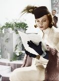 Femme dans la musique de chapeau et de feuille de lecture de voile (toutes les personnes représentées ne sont pas plus long vivan Images libres de droits