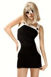 Femme dans la perruque et des lunettes de soleil blondes image stock