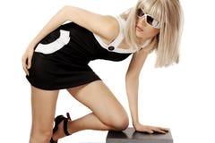 Femme dans la perruque et des lunettes de soleil blondes Images stock