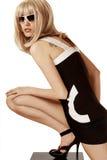 Femme dans la perruque et des lunettes de soleil blondes Image libre de droits