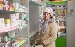 Femme dans la pharmacie de pharmacie Photo stock