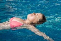 Femme dans la piscine Photographie stock libre de droits