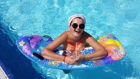 Femme dans la piscine Image libre de droits
