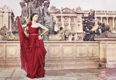 Femme dans la place publique, à Paris, Frances Photos stock