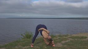 Femme dans la pose classique de yoga, concentration d'énergie banque de vidéos