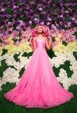 Femme dans la pose de robe de mariage Modelez comme une poupée, dans le tir intérieur de studio, Photo stock