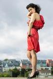 Femme dans la pose de robe intéressante Photographie stock libre de droits