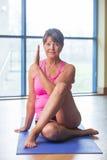 Femme aîné dans la pose de yoga Photo stock