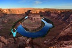 Femme dans la pose de yoga par la courbure en fer à cheval en page, Arizona Etats-Unis images libres de droits