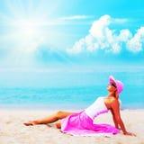 Femme dans la pose rose de vêtements Photos stock