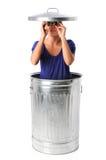 Femme dans la poubelle avec des jumelles Photographie stock