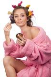 Femme dans la préparation rose de peignoir Photographie stock