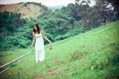 Femme dans la prairie Image stock
