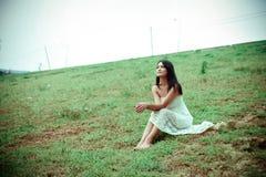 Femme dans la prairie Images stock