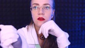 Femme dans la pression uniforme blanche de mesures banque de vidéos