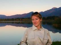 Femme dans la promenade d'automne Photographie stock