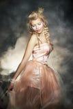 Femme dans la rétro robe classique. Dame romantique Image libre de droits