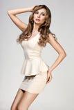 Femme dans la robe beige image libre de droits