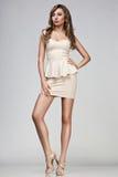 Femme dans la robe beige photographie stock