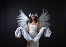 Femme dans la robe blanche avec des ailes d'ange Photo libre de droits
