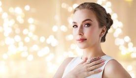 Femme dans la robe blanche avec des bijoux de diamant photo stock