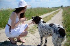 Femme dans la robe blanche avec le chien Photo libre de droits