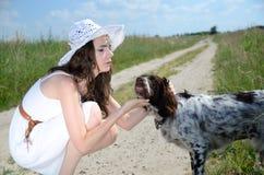 Femme dans la robe blanche avec le chien Images libres de droits