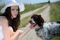 Femme dans la robe blanche avec le chien Photo stock