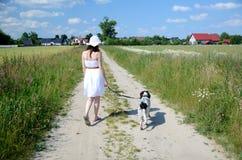 Femme dans la robe blanche avec le chien Photographie stock