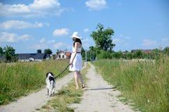 Femme dans la robe blanche avec le chien Image stock