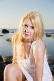 Femme dans la robe blanche sur le fond de bord de la mer images stock