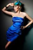 Femme dans la robe bleue image stock
