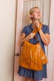 Femme dans la robe bleue avec une bourse brun clair Photos stock