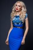 Femme dans la robe bleue sur le noir photographie stock