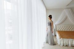 Femme dans la robe chic, intérieur de luxe de chambre à coucher photographie stock