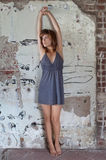 Femme dans la robe contre le mur image stock