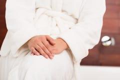 Femme dans la robe de chambre blanche images stock