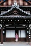 Femme dans la robe de kimono à la date Jidaimura vieil Edo Hist de Noboribetsu images libres de droits