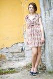 Femme dans la robe fleurie attendant un certain ami Photo stock