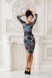 Femme dans la robe lumineuse du Midi dans le studio photos libres de droits