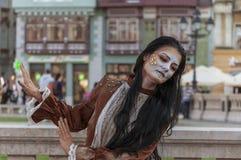 Femme dans la robe médiévale brune Photos stock