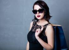 Femme dans la robe noire avec le panier Photos stock