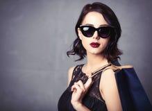 Femme dans la robe noire avec le panier Image stock