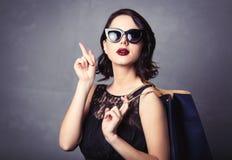 Femme dans la robe noire avec le panier Photo stock
